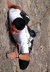 Héctor Roldán escalando en punto rojo en Jalapa. Foto por: Manuel Vanegas.
