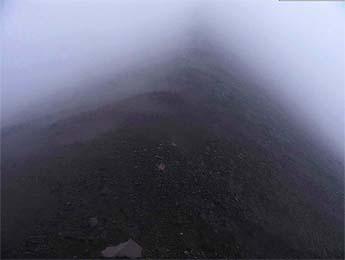 Los precipicios a ambos lados del Camellón, ocultos por la niebla<br>