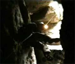 Explorador descendiendo en la gruta de Xela.