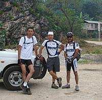 Héctor, Carlos y Efraín antes de salir a pedalear. Foto por Mario Santos.