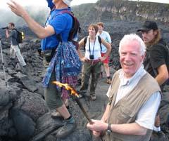 Uno de los turistas tomó un poco de lava con un bastón, que ardío al instante. Foto: Explorador.