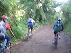 Esta fue la parte más ancha que recorrimos. Mountain bike implica senderos estrechos, no calles.