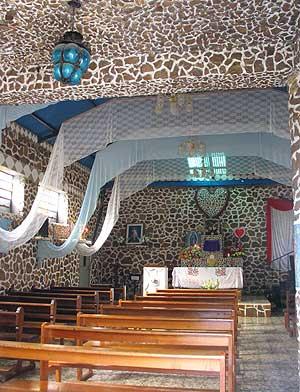 Interior y sagrario de la iglesia