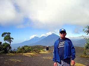 Volcanes de Agua, Acatenango y Fuego vistos desde el Cerro Chino, Volcán de Pacaya. La única limitación para disfrutar de esta maravilla, es la voluntad