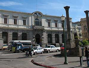 Banco Industrial en Xela, frente al Parque Central.