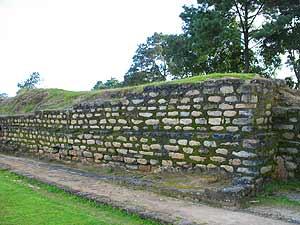 Muros de piedras apiladas en la plaza de Iximché.