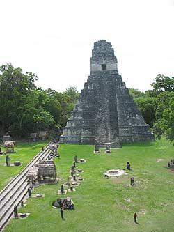 Templo I visto desde el Templo II. Gran Plaza de Tikal.