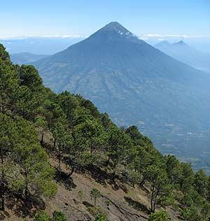 Volcán de Agua visto desde el Volcán Acatenango.