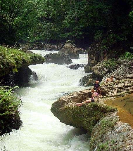Cauce del Río que se esconde bajo la roca