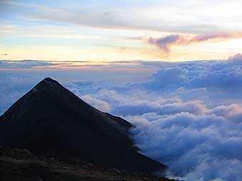 Volcán de Fuego visto desde el Volcán Acatenango.