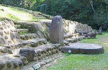 Estela y altar maya en Takalik Abaj, Retalhuleu.