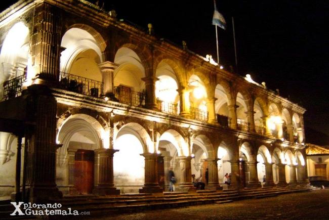 imagen nocturna del Ayuntamiento de Antigua Guatemala