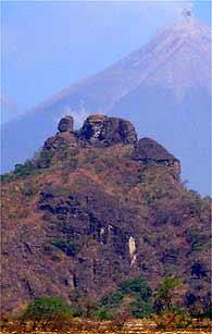 Picachú con el Volcán de Fuego al fondo. Foto: Héctor Roldán.
