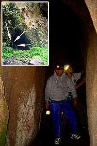 Pedro y Giancarlo dentro de la cueva. Foto: Héctor Roldán.