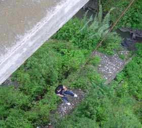 Pedro Mejía como si nada, haciendo rapel en el Puente La Asunción.