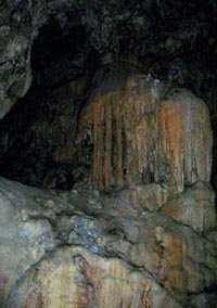 Mineralizaciones en la cueva. Fotografía por Explorador