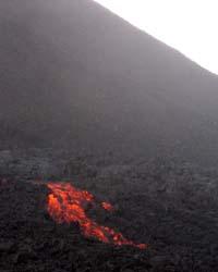 Río de lava visto desde el sendero. Foto: Explorador.
