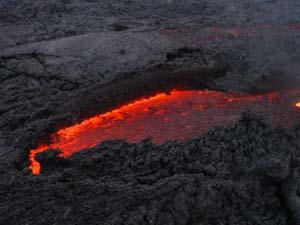 Una de las grietas con lava líquida. Foto: Explorador.