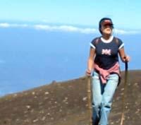 Rocío ascendiendo a la cima del Acatenango.
