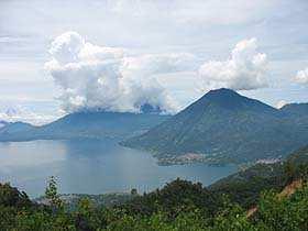 Vista del Lago de Atitlán desde la ruta de bicicleta de montaña hacia Santa Clara la Laguna.