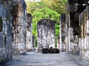 Estela ubicada en la parte alta de la estructura A-3 de Ceibal.