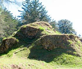 La mayoría de estructuras permanecen semi enterradas o en montículos.