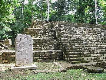 Estela y templo maya en Aguateca, Región Petexbatún.