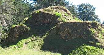 Montículos en Utatlán, Quiché.