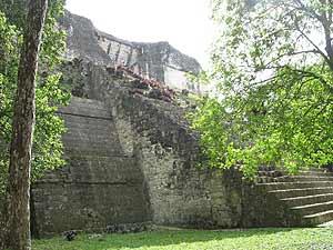 Para esta época Tikal era una ciudad abandonada y cubierta de vegetación.