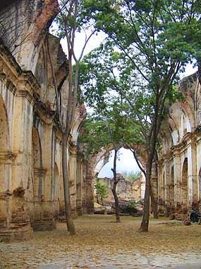 Interior de las ruinas de la antigua Catedral de Chiquimula.