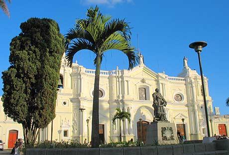 Iglesia y amplio átreo de Santo Domingo, zona 1.