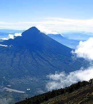 Volcán de Agua completo, desde las faldas a la cima visto desde el Acatenango.