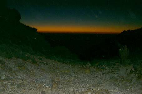 En medio de las dos cumbres de Tajumulco, en esa dirección a lo lejos el mar