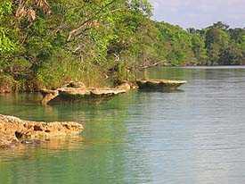 Mañana soleada en la Laguna de Lachuá. Fotografía por Ottoniel Hernandez Istupe.