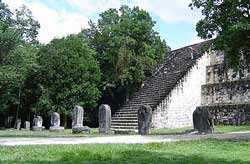 Templo maya en Tikal. Foto cortesía de http://www.fotosdeguatemala.com