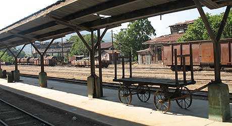 Vagones y tanques de combustible (fondo a la izquierda) de la estación.