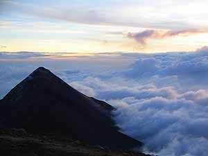 Volcán de Fuego visto desde la cima del Volcán Acatenango.